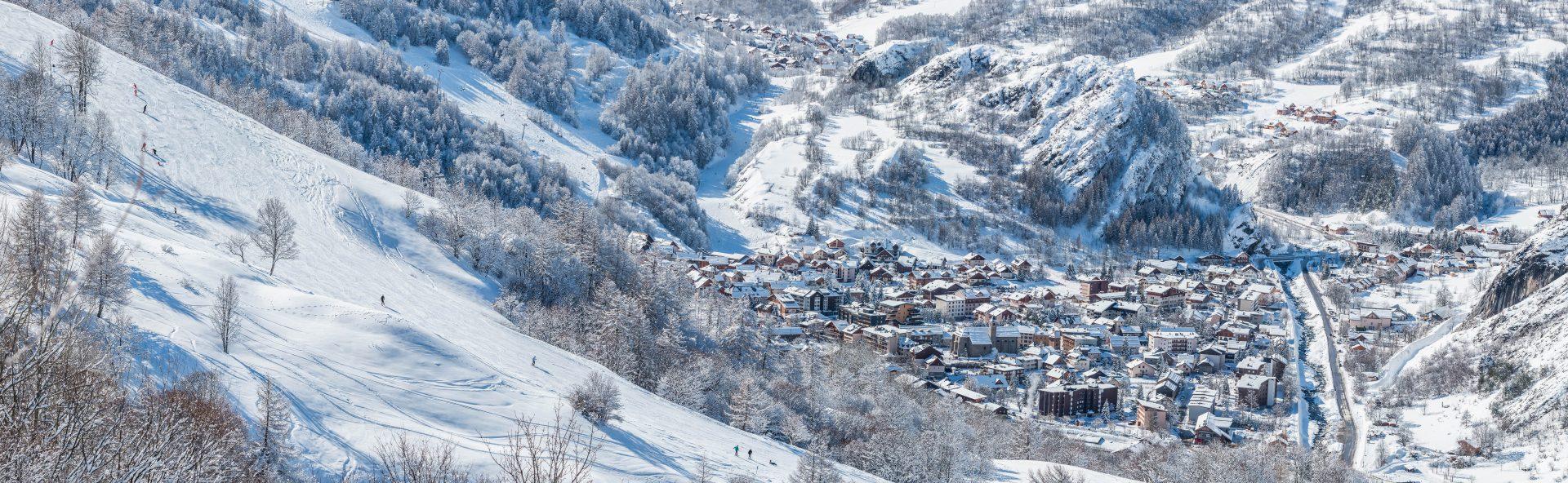 Vue sur le village de Valloire depuis les sentiers raquettes du domaine skiable