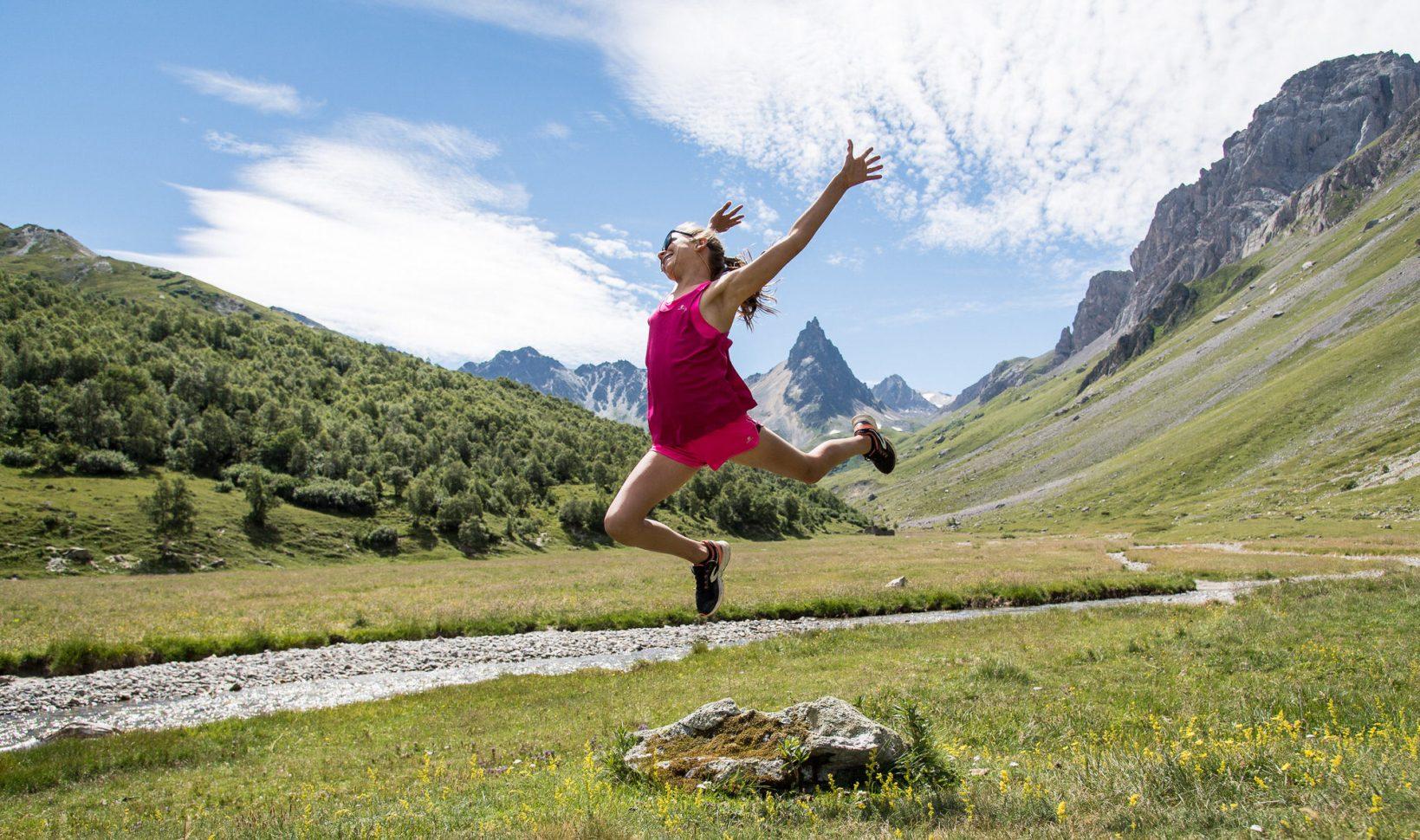 Jeune fille qui s'amuse à la montagne à valloire