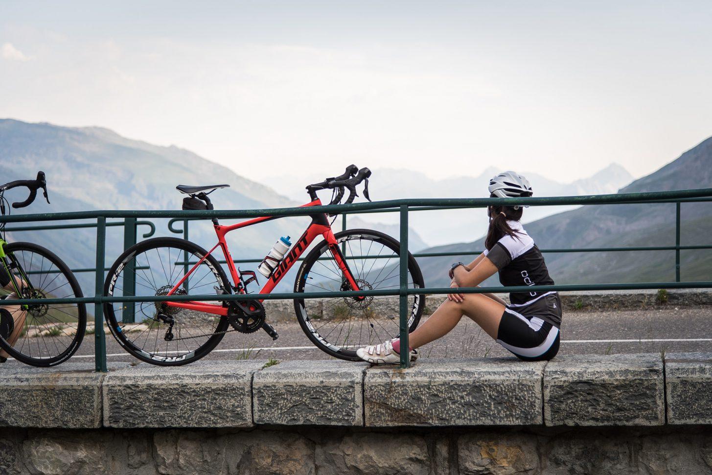 Cycliste sur la route à Valloire