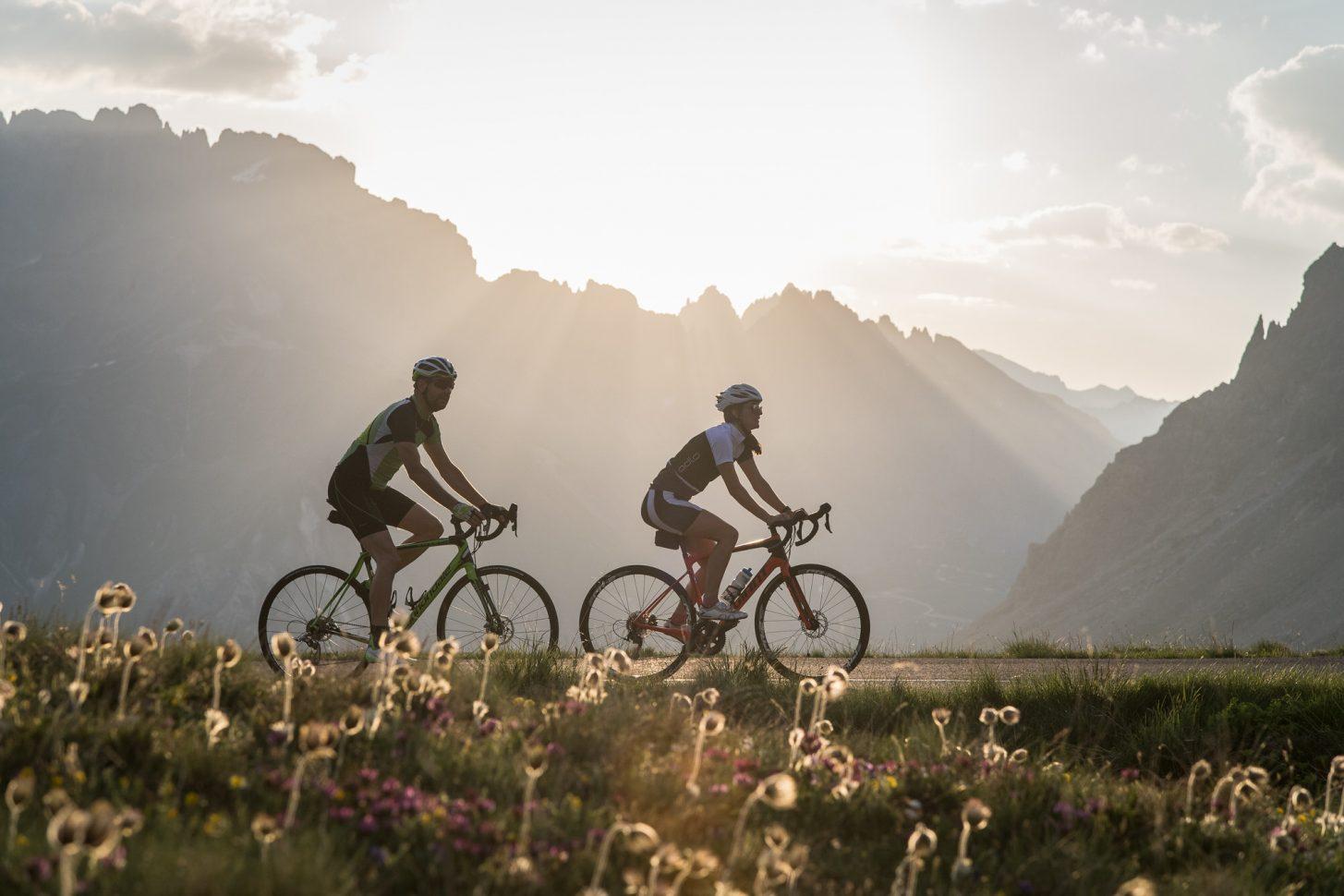 Cyclistes au lever de soleil au col du Galibier à valloire