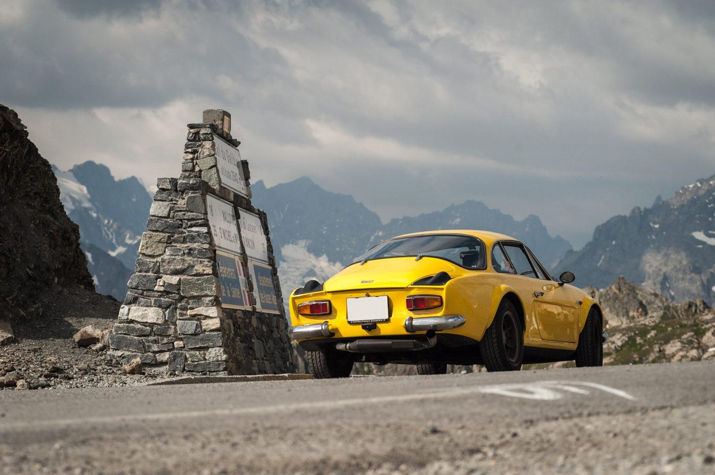Voiture sur la route des grandes alpes à Valloire