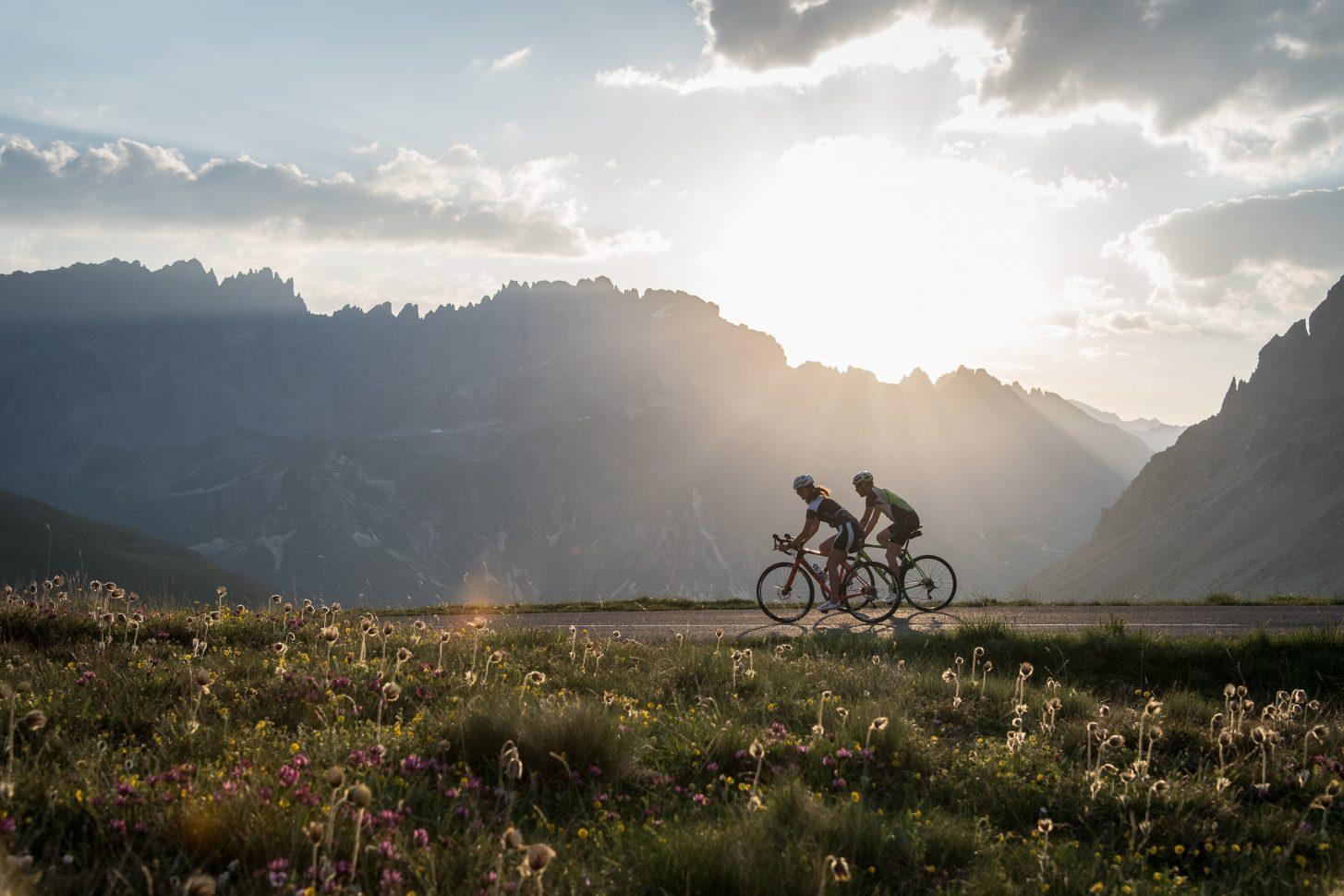 Ascension du Col du galibier en vélo au lever de soleil