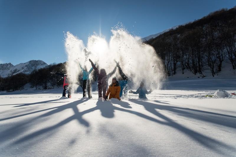 Enfants jouant dans la neige à valloire