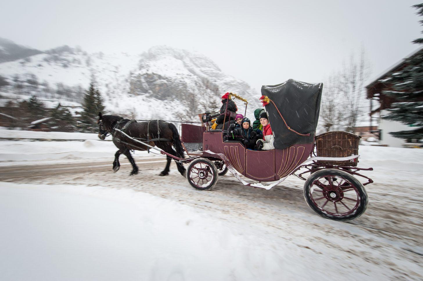 Calèche dans les rues de Valloire sous la neige