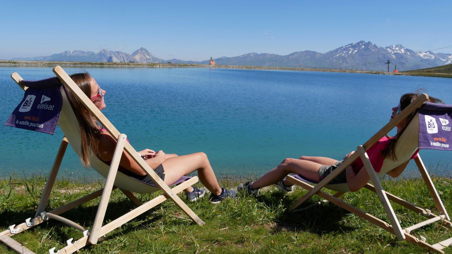bronzage devant le lac de la vieille entre amis à valloire