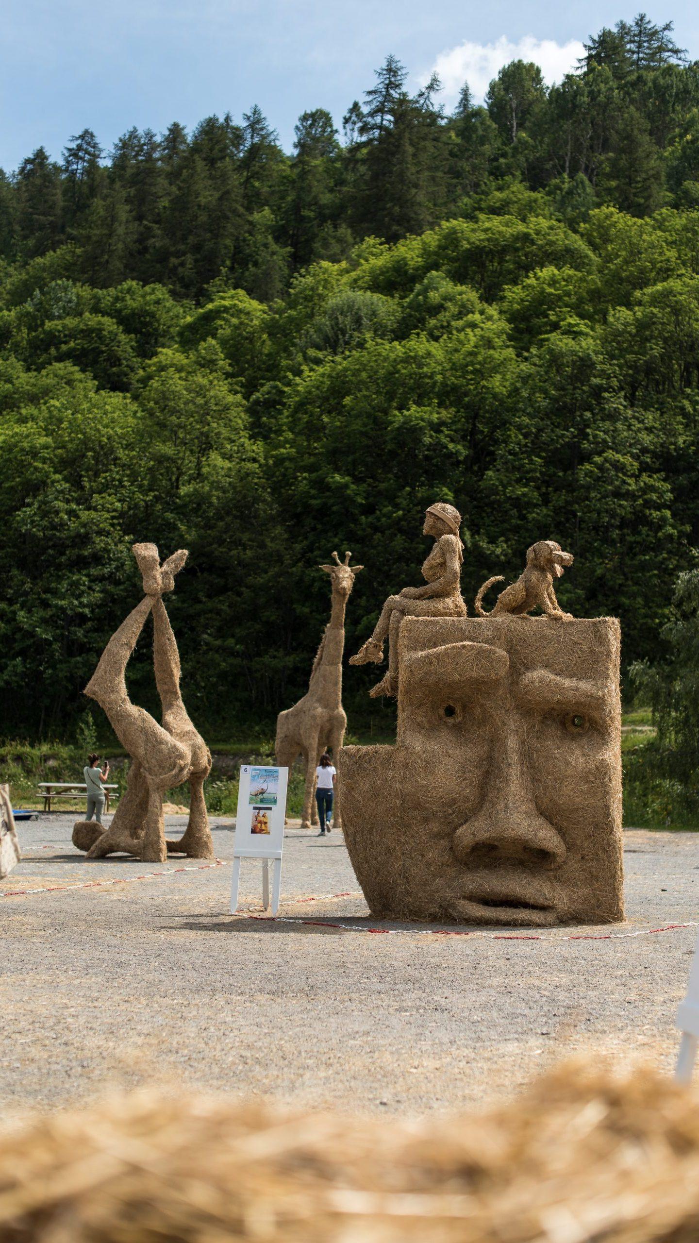 concours de sculptures sur paille et foin à Valloire