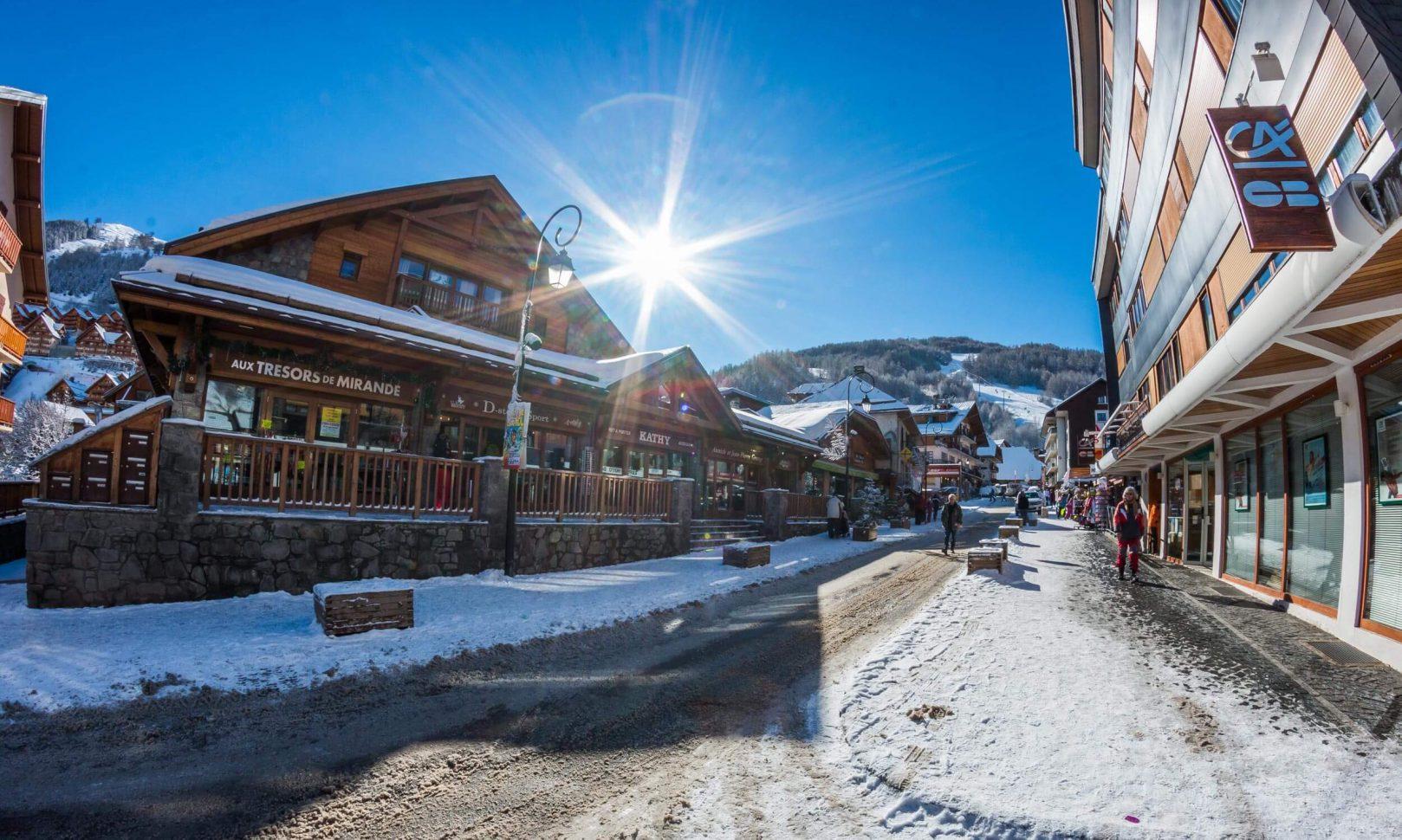 Rue commerçante à Valloire-Galibier en hiver