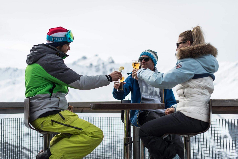 pause détente entre amis sur les sommets de Valloire