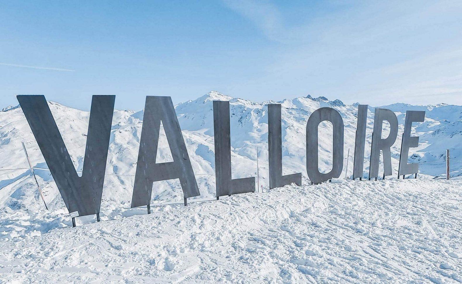 lettre Valloire disposées sur le domaine skiable