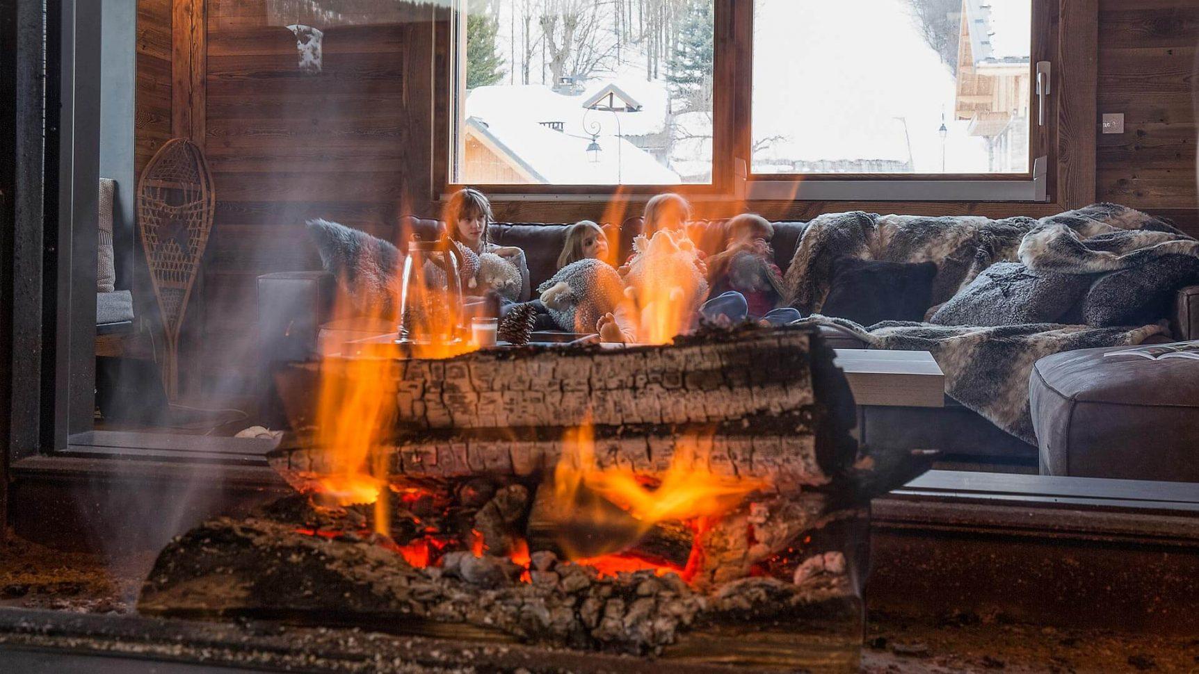 au chaud devant la cheminée dans les chalets de Valloire