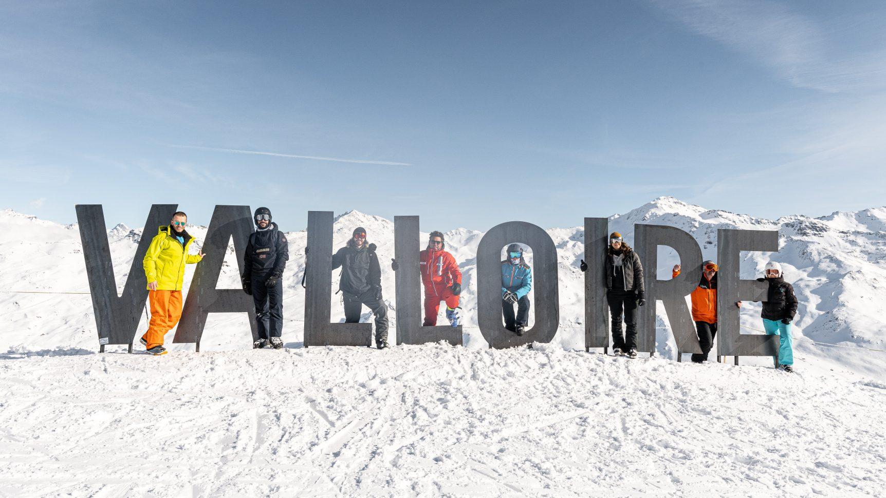 photo de groupe devant les lettres Valloire