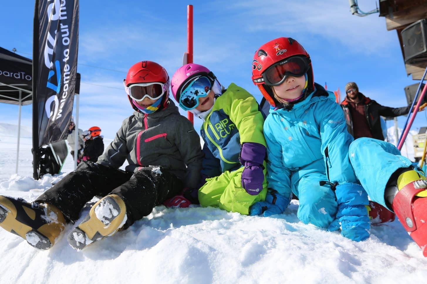 enfants à valloire en combinaison de ski
