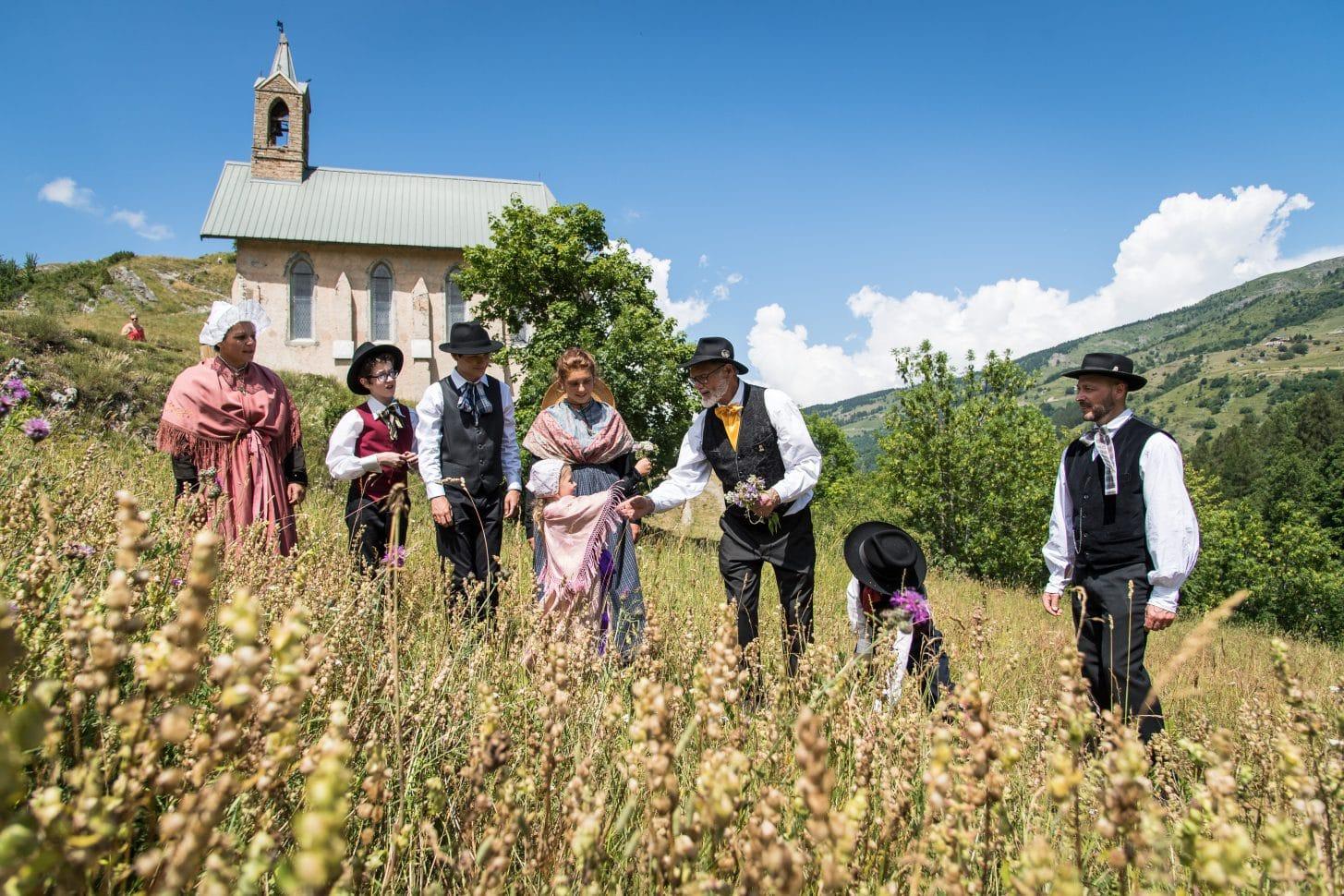 Valloire autrefois : famille en costume d'époque et chapelle