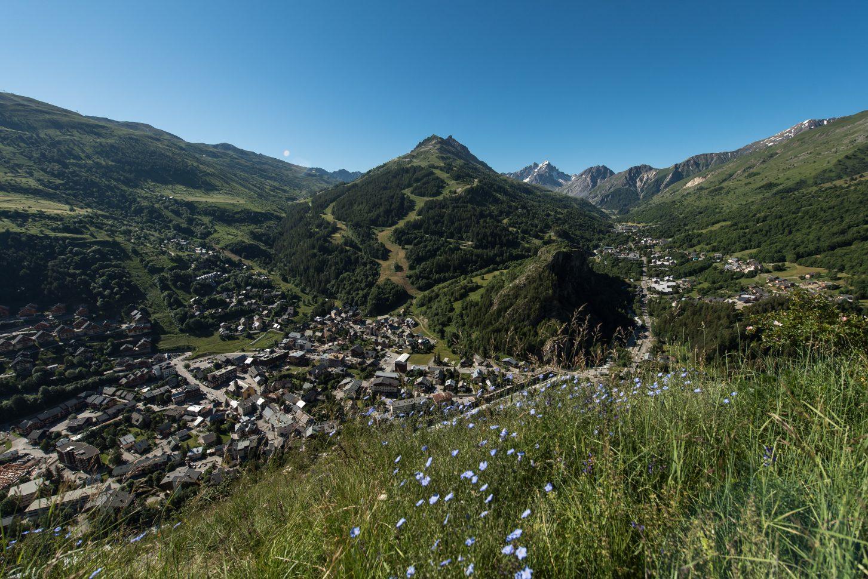 Le village de Valloire - été 2020 vue sur le massif de la Sétaz