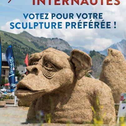 sculpture de singe en paille et foin à Valloire
