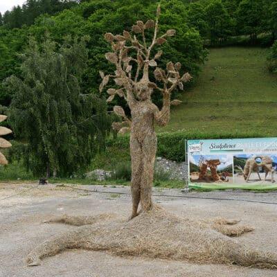 sculpture-paille-foin-ete-2021-valloire-homme-arbre.jpg