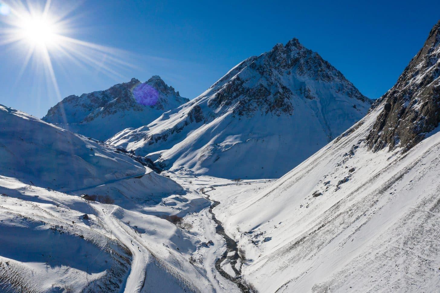 Vue sur le Col du Galibier en hiver côté Valloire