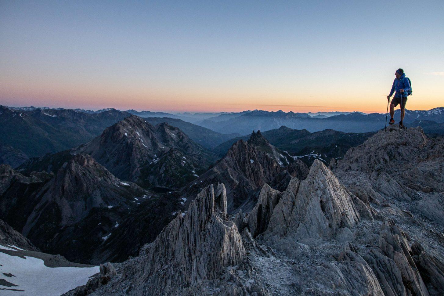 un alpiniste au sommet de la pointe des cerces à 3097 mètres
